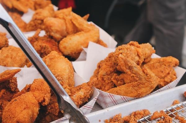 치킨 매장 2018년에 치킨 프랜차이즈 3천여개가 창업했고, 3천여개가 폐업했다.