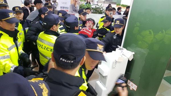 29일 오전 9시쯤 서울 중구 을지로2가 서울고용노동청 4층에서 고용노동부 장관 면담을 요구하며 9일째 농성을 벌이던 전국교직원노동조합(전교조) 해고자원직복직투쟁위원회(원복투) 해직교사 18명이 경찰에  강제 연행되고 있다.