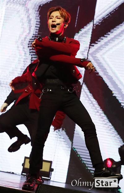 삐딱선 제대로 탄 '에이스' 그룹 A.C.E(에이스. 준, 동훈, 와우, 김병관, 찬)가 29일 오후 서울 광장동의 한 공연장에서 열린 세 번째 미니앨범 'UNDER COVER : THE MAD SQUAD(언더 커버 : 더 매드 스쿼드)' 발매 컴백 쇼케이스에서 '우리의 삐딱선을 타라'라고 말하는 정의로운 괴짜들의 이야기를 담은 신곡 <삐딱선(SAVAGE)>을 선보이고 있다.