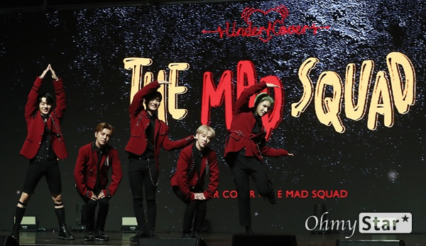 '에이스' 삐딱선 타고 도전 그룹 A.C.E(에이스. 준, 동훈, 와우, 김병관, 찬)가 29일 오후 서울 광장동의 한 공연장에서 열린 세 번째 미니앨범 'UNDER COVER : THE MAD SQUAD(언더 커버 : 더 매드 스쿼드)' 발매 컴백 쇼케이스에서 포토타임을 갖고 있다. 신곡 <삐딱선(SAVAGE)>은 '우리의 삐딱선을 타라'라고 말하는 정의로운 괴짜들의 이야기를 담은 곡이다.