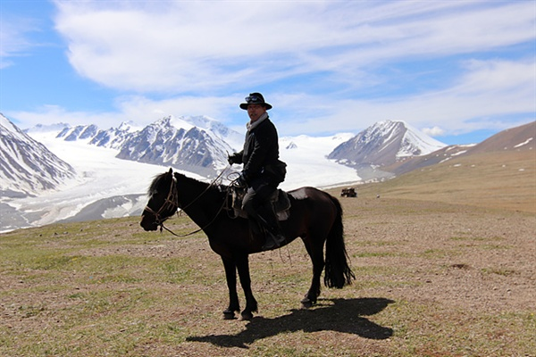 일행은 말을 타고 몽골 서쪽끝 타왕복드산(4374m)에 올랐다. 타왕복드산에는  만년설이 쌓여 빙하가 흐르고 있었다