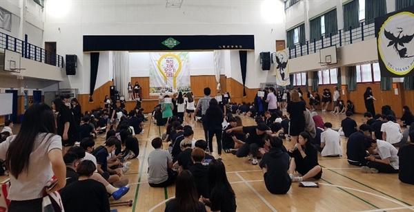 서울 인헌고는 몇 년전부터 '지혜 모으기 토론회'를 여러 번 열어왔다. 사진은 과거 토론회 모습.