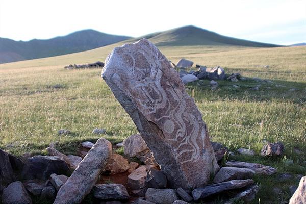 타미르 강 인근에는 중앙아시아를 포함해 전 세계에 2개 밖에 없다는 천마가 그려진 사슴돌이 있다. '텡그리' 즉, 하늘을 숭상하는 몽골인들의 정신세계를 엿볼 수있는 기념물로 한국인의 정신세계와 깊은 연관을 가지고 있는 몽골문화유산이다.