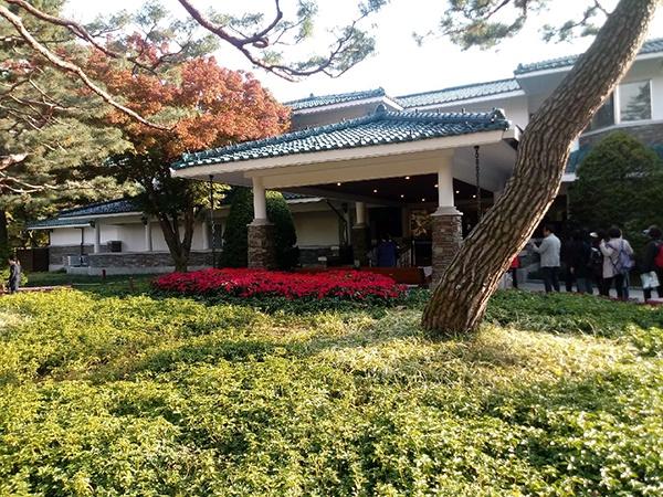노무현 대통령 때 일반인에게 완전 공개된 청남대 본관 앞은 안으로 들어가 보려는 탐방객들이 언제나 줄을 서 있다고 한다.