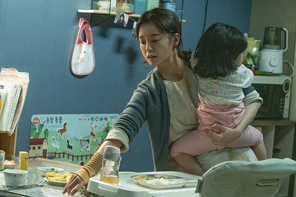 김지영(정유미)은 26개월이 된 딸과 함께 평범한 아기엄마의 일상을 살아간다.