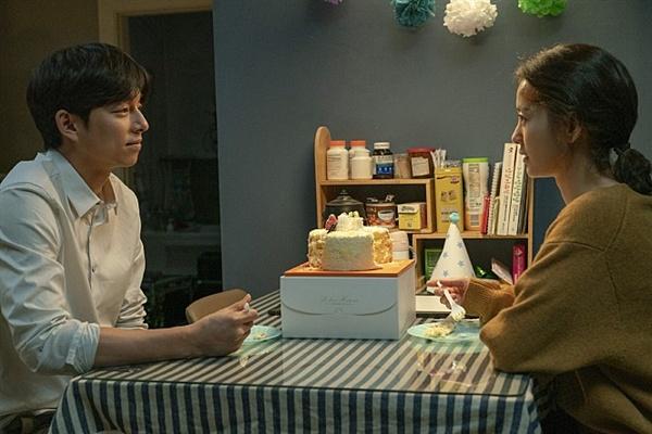대현(공유)은 좋은 남편이 되고자 노력하지만, 지영의 '다른 목소리'의 메시지에는 주의를 기울이지 않는다.