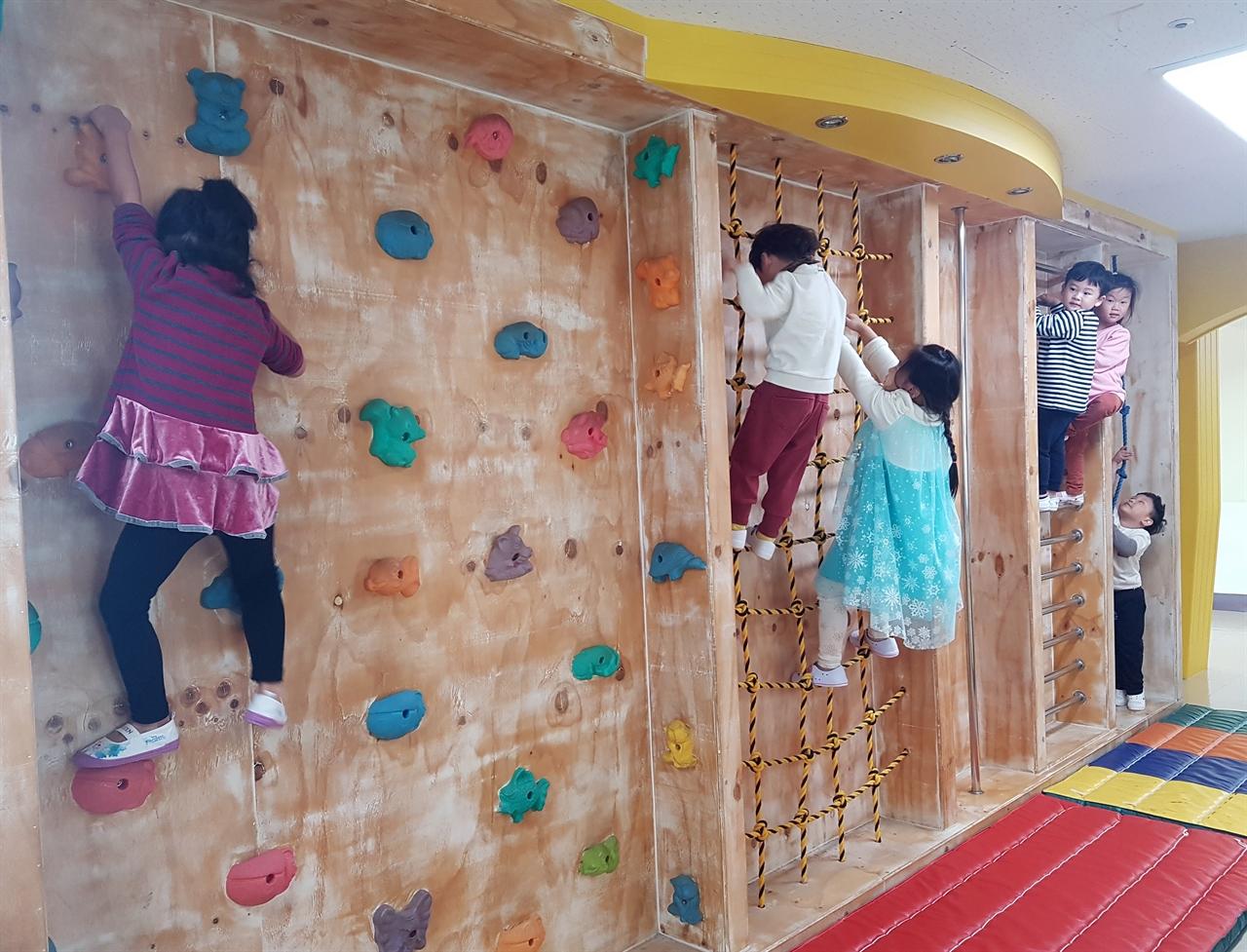 교실 복도에 암벽과 줄다리 시설을 갖춰 생활 체육습관이 길러지게 했다.
