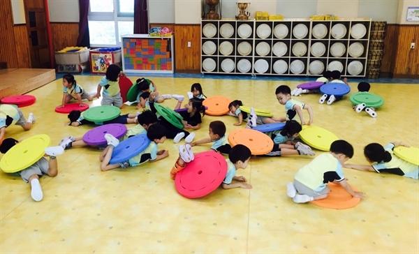 실내강당(어울림실)에서 매일 체육활동을 즐기는 놀뫼유치원 유아들. 기초체력을 높이기 위해 '놀뫼 3종 경기'를 교과과정으로 운영하고 있다.