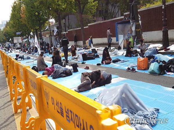 28일 오후 청와대 분수대광장으로 향하는 진입로에서 문재인하야범국민투쟁본부 회원들이 장기농성을 벌이고 있다. 일부 참가자들이 스티로폼 위에서 잠들어 있다.