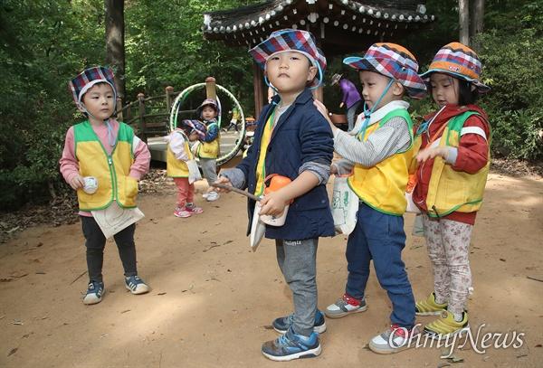 예쁜아이어린이집 아이들이 25일 오전 서울 동작구 와우산 산책로에서 즐거운 시간을 보낸 뒤 친구 옷에 묻은 흙먼지를 털어주고 있다.