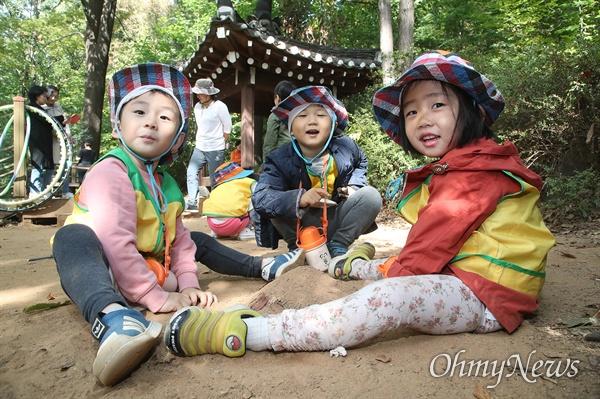 예쁜아이어린이집 아이들이 25일 오전 서울 동작구 와우산 산책로에서 모래성 쌓기 놀이를 하며 즐거운 시간을 보내고 있다.