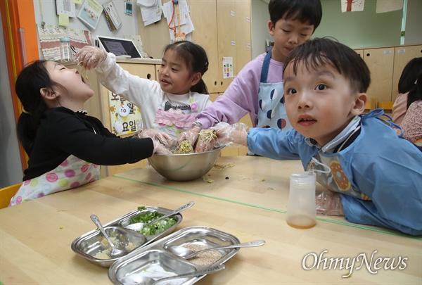 25일 오후 서울 영등포구 다온어린이집에서 아이들이 생태친화 수업으로 직접 기른 콩나물로 무침을 만들며 즐거운 시간을 보내고 있다.