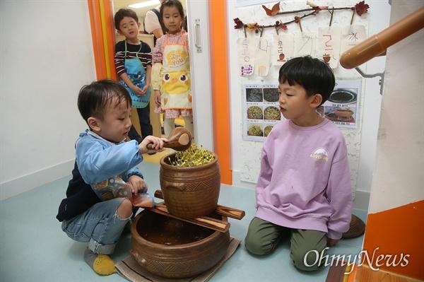 25일 오후 서울 영등포구 다온어린이집에서 아이들이 콩나물에 물을 주며 자라는 과정을 관찰하고 있다.