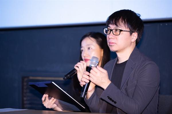 애니메이션 영화 <날씨의 아이> 신카이 마코토 감독의 모습