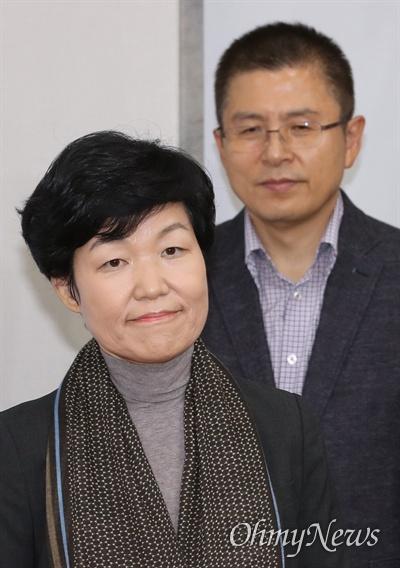 이진숙 전 대전MBC 사장이 31일 국회에서 열린 '제1차 자유한국당 영입인재 환영식'에서 인사하고 있다. 오른쪽은 황교안 대표.