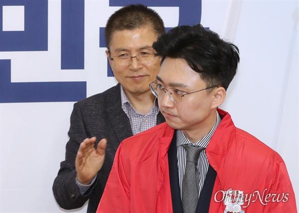 자유한국당 황교안 대표가 31일 국회에서 열린 '제1차 영입인재 환영식'에서 백경훈 청사진 공동대표에게 점퍼를 입혀주고 있다.