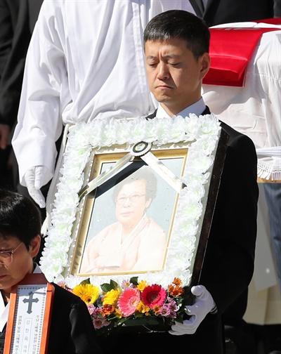 문재인 대통령 아들 준용 씨가 31일 부산 남천성당에서 엄수된 고 강한옥 여사 발인에서 영정을 운구하고 있다.