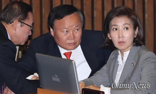 자유한국당 나경원 원내대표가 31일 국회 본회의장에서 김재원, 이종배 의원과 대화하고 있다.