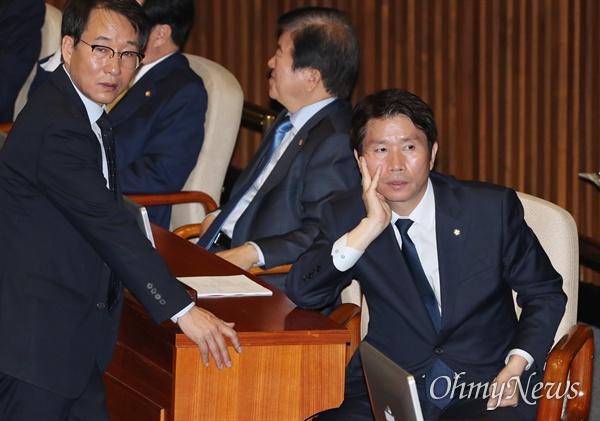 더불어민주당 이인영 원내대표와 이원욱 원내수석부대표가 31일 국회 본회의장에서 대화하고 있다.