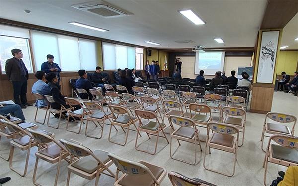 지난 10월 31일 강릉시 옥계면 면사무소 2층에서 열린 군 사격장 설명회에는 일부 주민들만 참여했다.