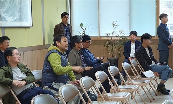 지난 10월 31일 강릉시 옥계면 사무소에서 열린 군 사격장 이전 설명회에서 참석 주민이 불만을 표시하며 강하게 항의하고 있다.