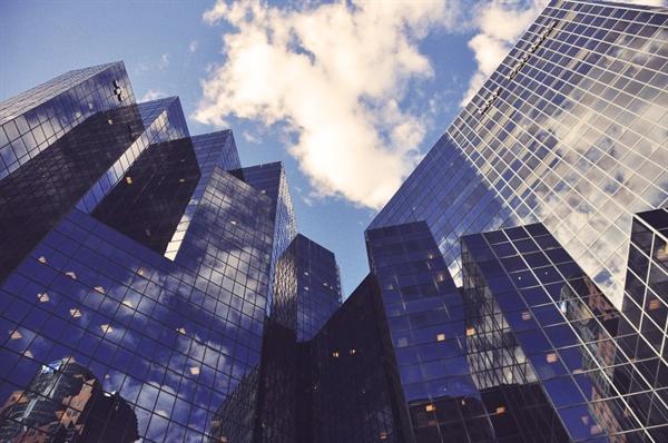 여전히 우리 사회는 빌딩 안에 갇혀서, 소속된 '직장'에서 일하는 것만을 '일' 혹은 '직업'으로 인정해주곤 한다.