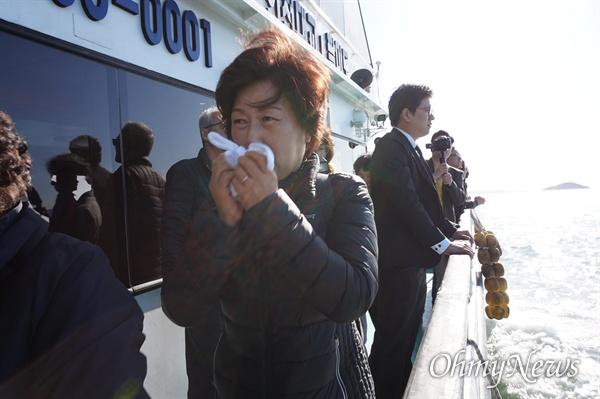 지난 10월 30일 오후 어머니 김영순(65)씨가 자신의 딸 고 이지혜양을 비롯해 '인천 인현동 화재 참사' 희생자들의 유골이 뿌려진 인천 팔미도 앞바다를 찾았다.