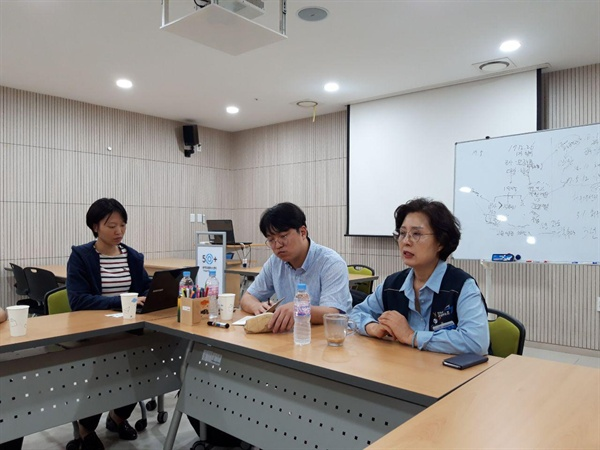 인천공항 비정규직 노동의 실태를 설명하는 한재영 조직국장과 오순옥 수석부지부장.