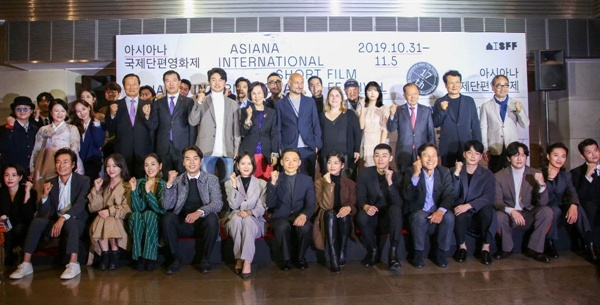 31일 저녁 광화문 씨네큐브에서 열린 17회 아시아나국제단편영화제 개막식을 찾은 영화인들