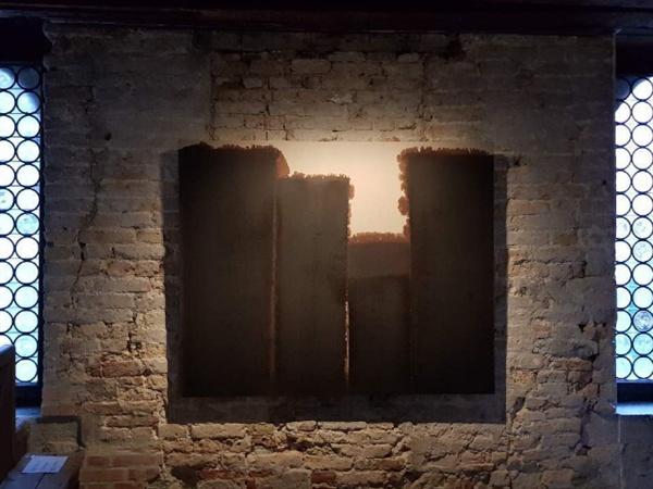 '윤형근' 회고전이 열리는 베니스시립미술관 내부 전시장 모습이다.
