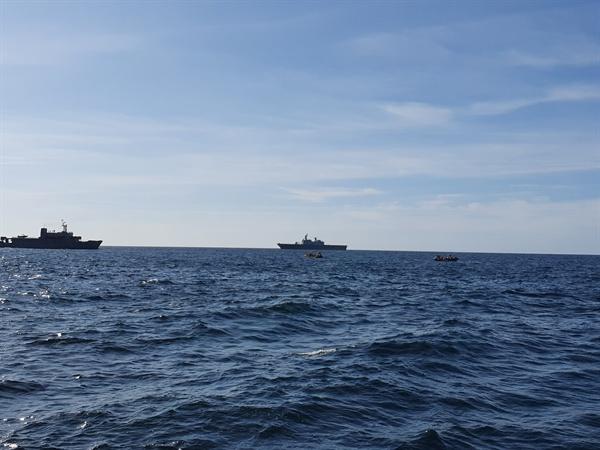 독도 오른쪽 편에서  구명정을 비롯한 10척의 배들이 수색작업을 하고 있다.