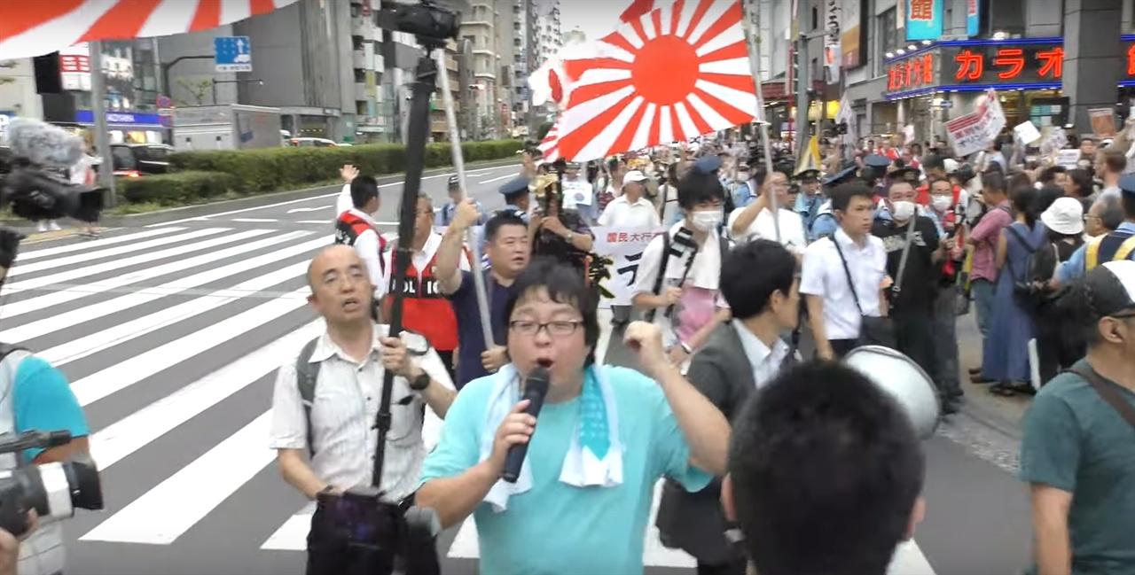 혐한, 한일 단교 시위를 하고 있는 사쿠라이 마코토(중앙)(유튜브 각각의 주장 갈무리)