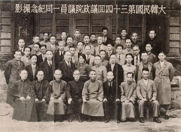 1942년, 대한민국 임시정부는 좌우합작 통합정부를 이뤘다. 앞줄 오른쪽 끝에 앉은 이가 조선민족혁명당의 김원봉, 오른쪽에서 네번째가 김구 임시정부 주석이다.