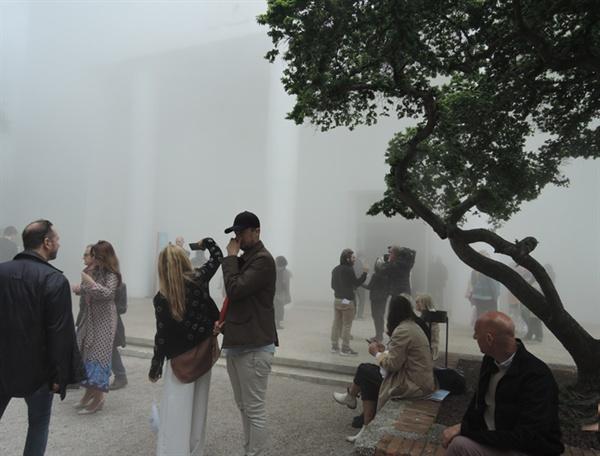 자르디니 본 전시장 앞에 안개처럼 뿌연 연기가 있는 것은 불확실성의 시대를 비유한 설치미술이다. La Biennale라는 단어가 잘 안 보인다.