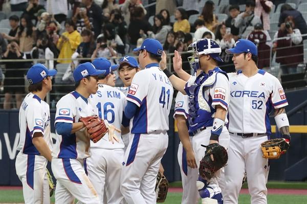 1일 오후 서울 구로구 고척스카이돔에서 열린 대한민국과 푸에르토리코의 야구대표팀 평가전에서 승리한 한국 선수들이 기뻐하고 있다.