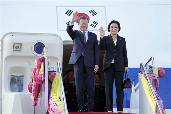 문재인 대통령과 김정숙 여사가 3일 오후 태국 돈무앙 공항에 도착한 공군1호기에서 환영객들에게 손을 흔들고 있다. 문 대통령은 이날부터 태국에서 열리는 아세안+3 정상회의 관련 행사에 참석한다.