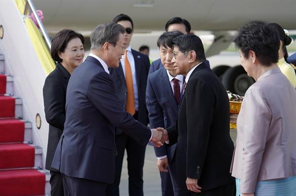 문재인 대통령이 3일 오후 태국 돈무앙 공항에서 주린 락사라위짓 태국 부총리와 인사하고 있다. 문 대통령은 이날부터 태국에서 열리는 아세안+3 정상회의 관련 행사에 참석한다.