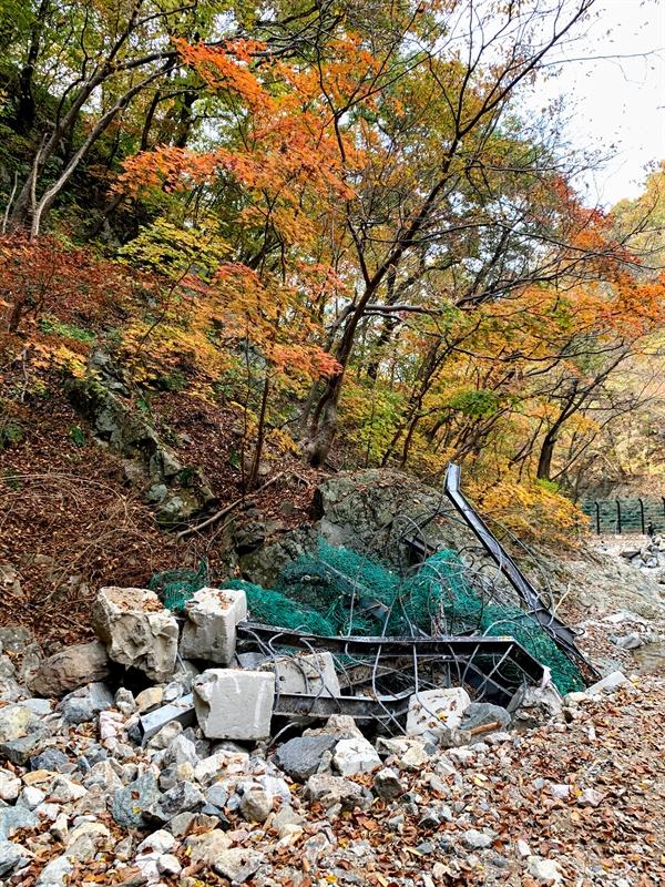 태풍이 할퀴고 간 흔적이 여기저기 남아있어요.  아직도 지역 여기저기에 자연재해의 흔적이 남아있네요. 등산로를 급하게 복구했다고는 하는데, 흔적은 쉽게 없애지 못했습니다.