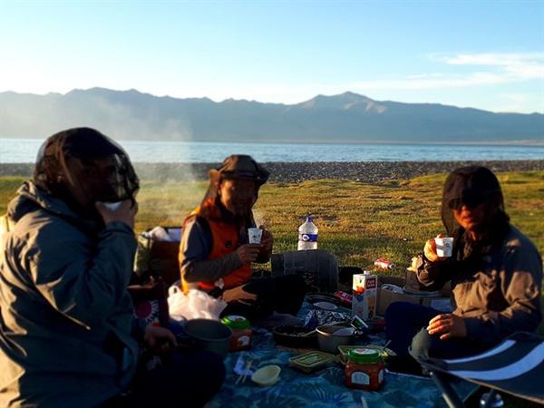 몽골 호숫가 초원위에 텐트를 치고 일어나 아침을 먹고 난 후 커피 한 잔을 마시는 데도 훼방꾼인 날파리와 모기들이 달려들어 방충망을 쓰고 마셔야 했다