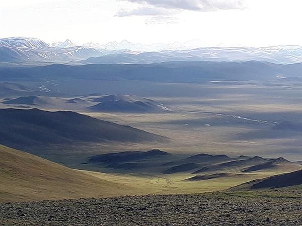 생리현상을 해결하다 눈앞에 펼쳐진 아름다운 몽골초원을 바라보았다. 너무나 아름답고 평화로운 광경에 넋을 잃었다. 세상에서 가장 크고 아름다운 화장실이다.