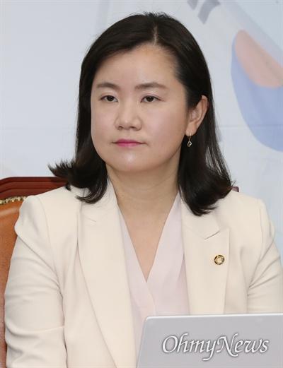 자유한국당 신보라 최고위원이 4일 오전 국회에서 열린 최고위원회의에 참석해 있다.