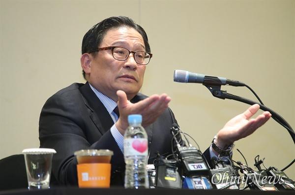자유한국당이 인재 영입을 추진하다 보류된 박찬주 전 육군 대장이 4일 오전 서울 여의도 63스퀘어 별관에서 기자회견을 열어 자신을 둘러싼 공관병 갑질 논란에 대해 해명하고 있다.