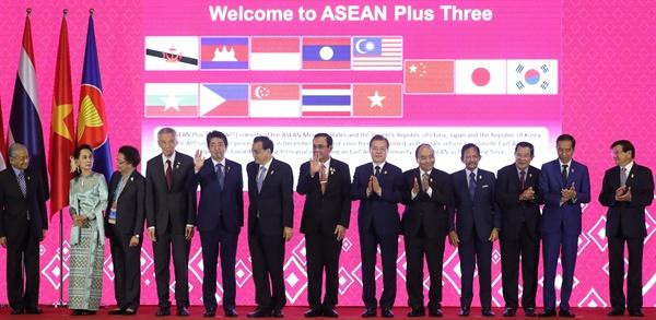아세안+3 정상들과 문 대통령 문재인 대통령이 4일 오전 방콕 임팩트 포럼에서 아베 일본 총리, 리커창 중국 총리 등 아세안+3 정상회의 참석자들과 기념촬영을 하고 있다. 2019.11.4