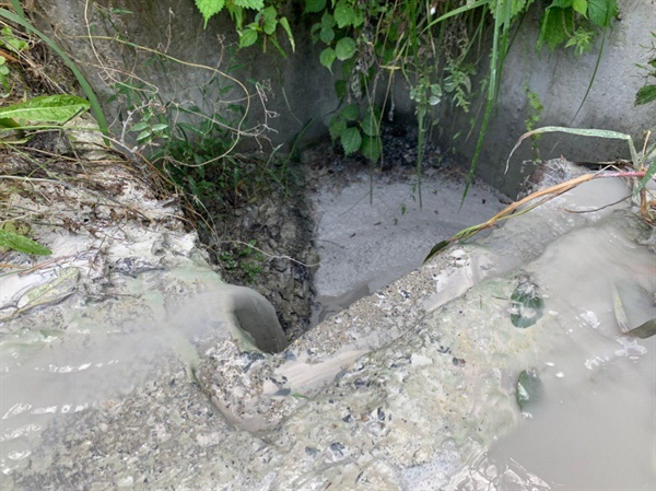 사진1 공장에서 방출되는 석회 오염수가 흐르고 있다.