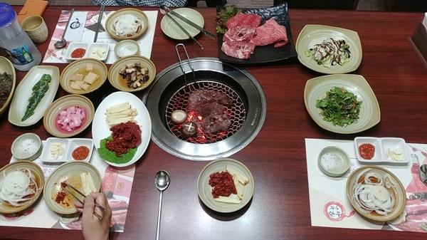 소고기가 진짜 맛있는 곳 '장수한우명품관'의 기본 상차림이다.
