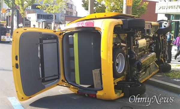 대구시 서구 비산동에서 4일 오후 어린이가 탑승한 승합차가 옆으로 넘어졌으나 큰 사고로 번지지는 않았다.