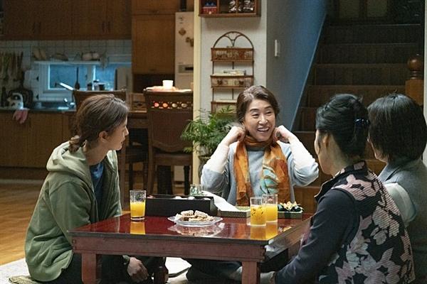 영화 < 82년생 김지영 >의 친정엄마 미숙(김미경)은 남자형제들의 꿈을 위해 자신을 희생한 채 엄마가 된다.
