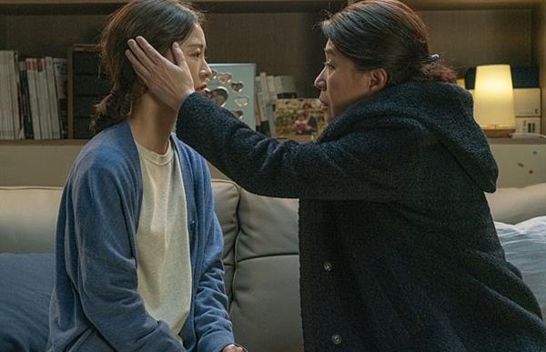 """""""지영아 엄마가 도와줄게. 너 하고픈 거 해"""" 영화 < 82년생 김지영 >의 한 장면."""