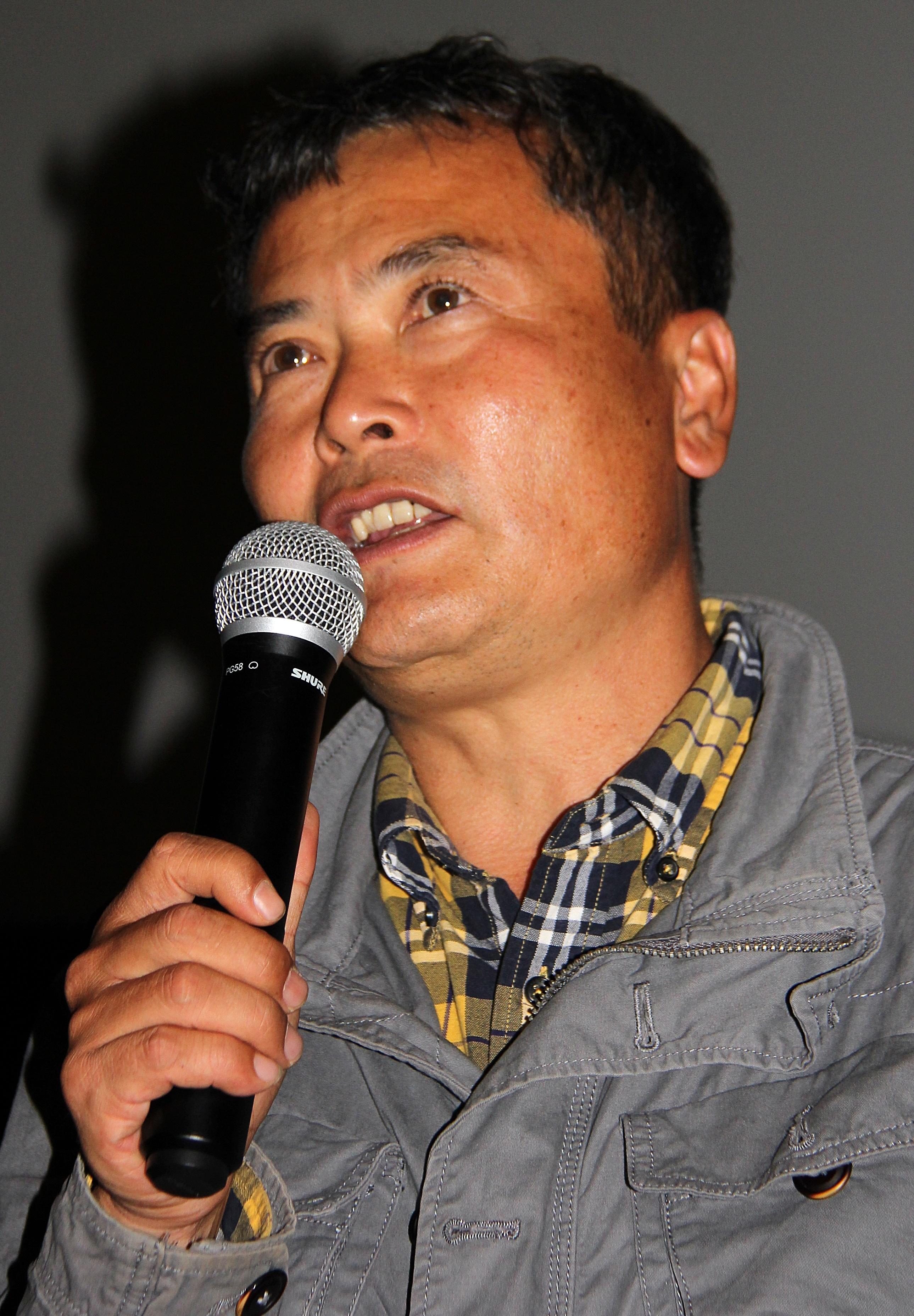4일, 대전에서 열린 영화 <삽질> 시사회장 스크린 앞에 김종술 오마이뉴스 기자가 관객들과 마주 섰다.