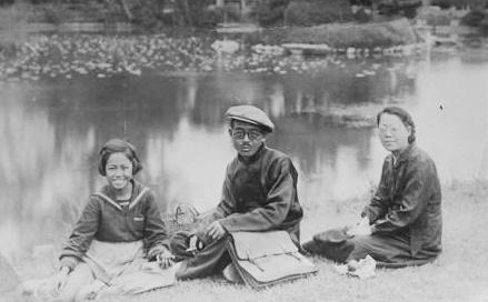 쓰즈키 스미에 씨의 어머니가 어렸을 때 오카야마에서 찍은 가족사진. 왼쪽부터 스미에 씨의 어머니, 외할아버지, 외할머니. 사진 제공_ 쓰즈키 스미에